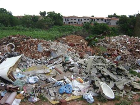 Montanha de entulhos as margens de um córrego. Problema recorrente em várias cidades brasileiras