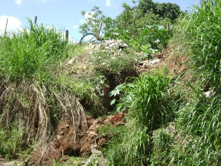 Singela ( maldita ) contribuição de ribeirinhos com lixo.