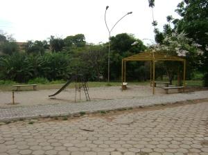 Praça construida as margens do córrego para evitar a ocupação das margens e também para aproximar a população