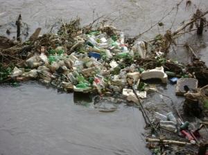 Lixo que foi carregado para dentro do rio