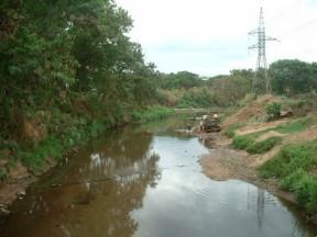 Córrego Cascavel Há poucos metros da foz. Águas muito transparentes. Infelizmente extração de areia ao fundo.