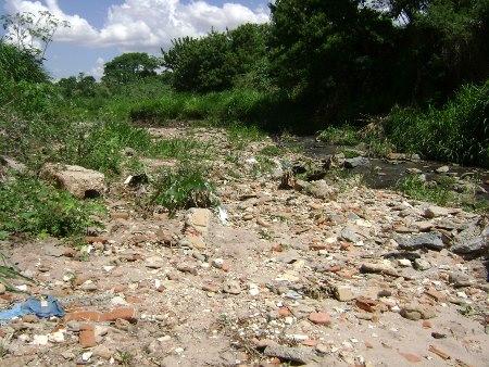 Estrago causado pelo entulho no interior do córrego Cascavel em Goiânia