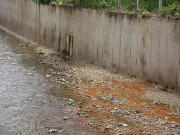 Córrego entubado, só faltou a tampa
