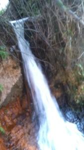 Cachoeira Urbana. Grande quantidade de água que nasce algumas dezenas de metros acima