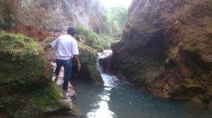 Córrego degradado. Um poço fundo que convidava a um mergulho! Só que não!  Infelizmente suas águas estão poluídas.