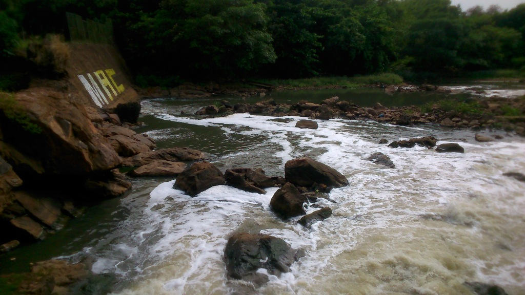 Condição da água do rio logo após passar pela barragem da usina. Muita espuma, águas fétidas. Esgoto puro!