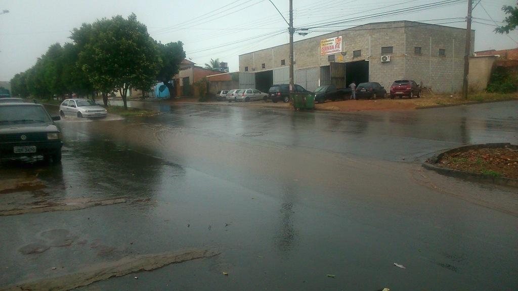 Menos de 10 minutos de chuva provocou um fluxo de água como esse. Foto do acervo pessoal tirada de celular.