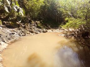 Água turva após lançamento de esgoto no córrego Água Branca