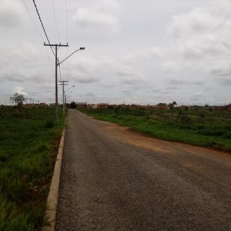 Rua que passa no meio do campo de Murundus